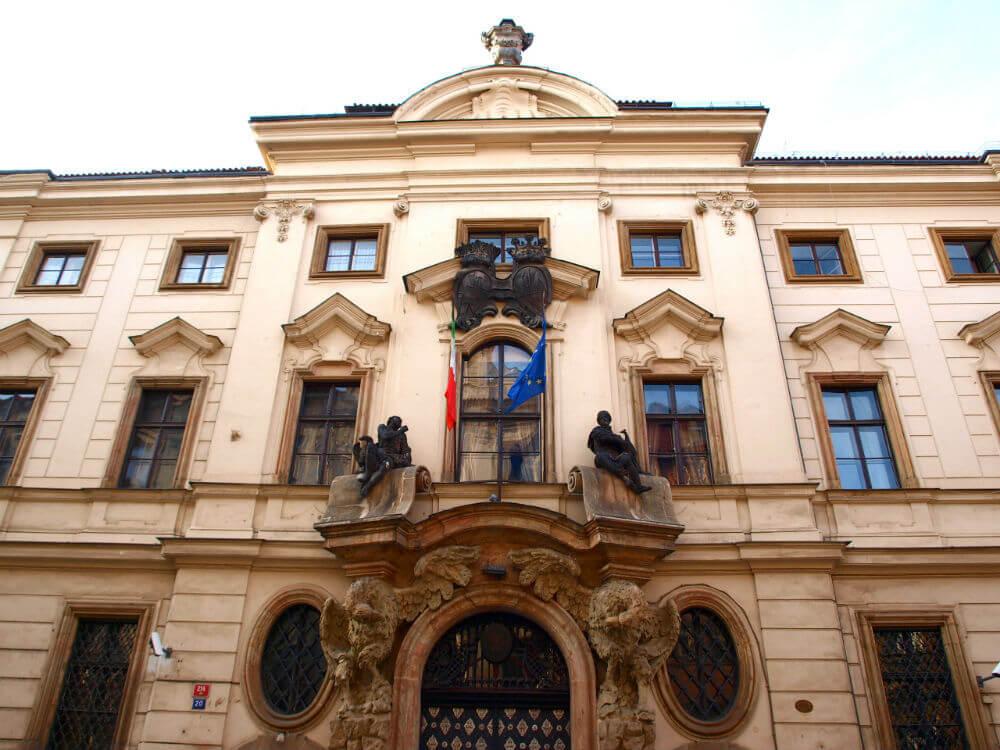Двери сената и парламента Чехии открыты для всех