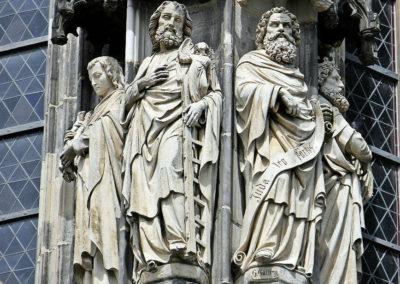 Статуи на фасаде