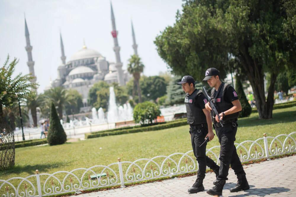 Полиция Турции выставила туристов из квартиры