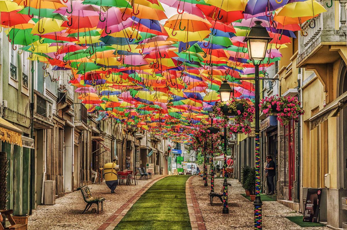 Улица парящих зонтиков в Португалии