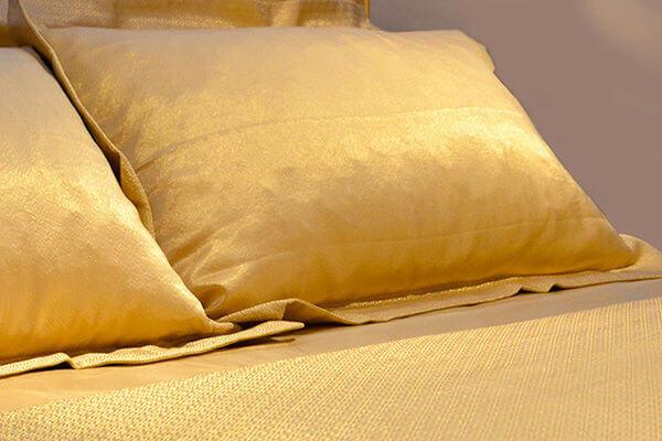 Дизайнеры сшили золотое постельное белье, чтобы завлечь туриста