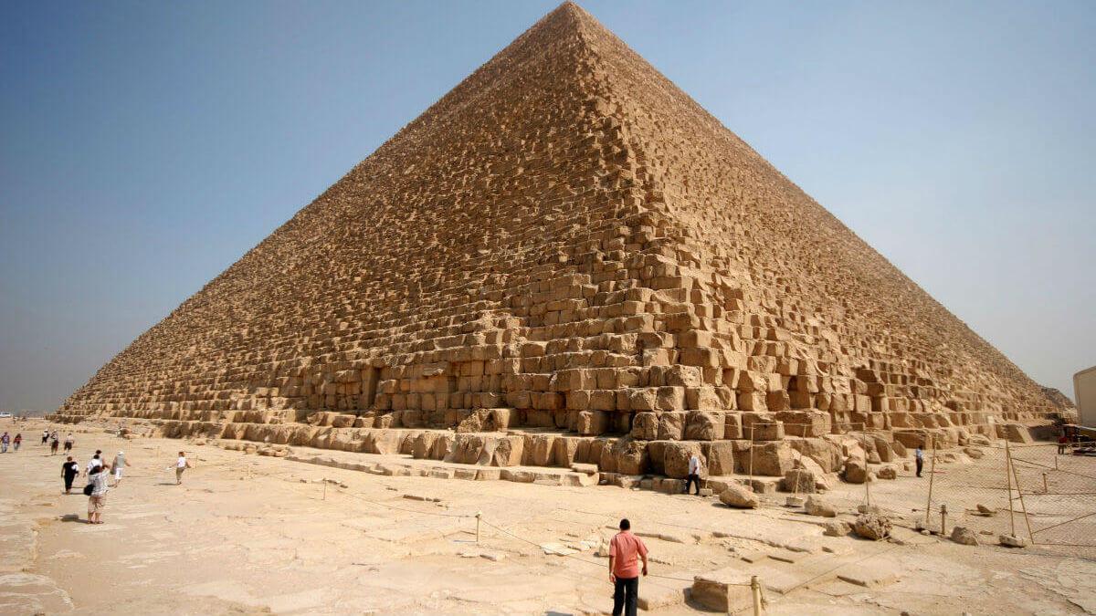 Пирамида Хеопса (IV династия), размер основания - 230 м.