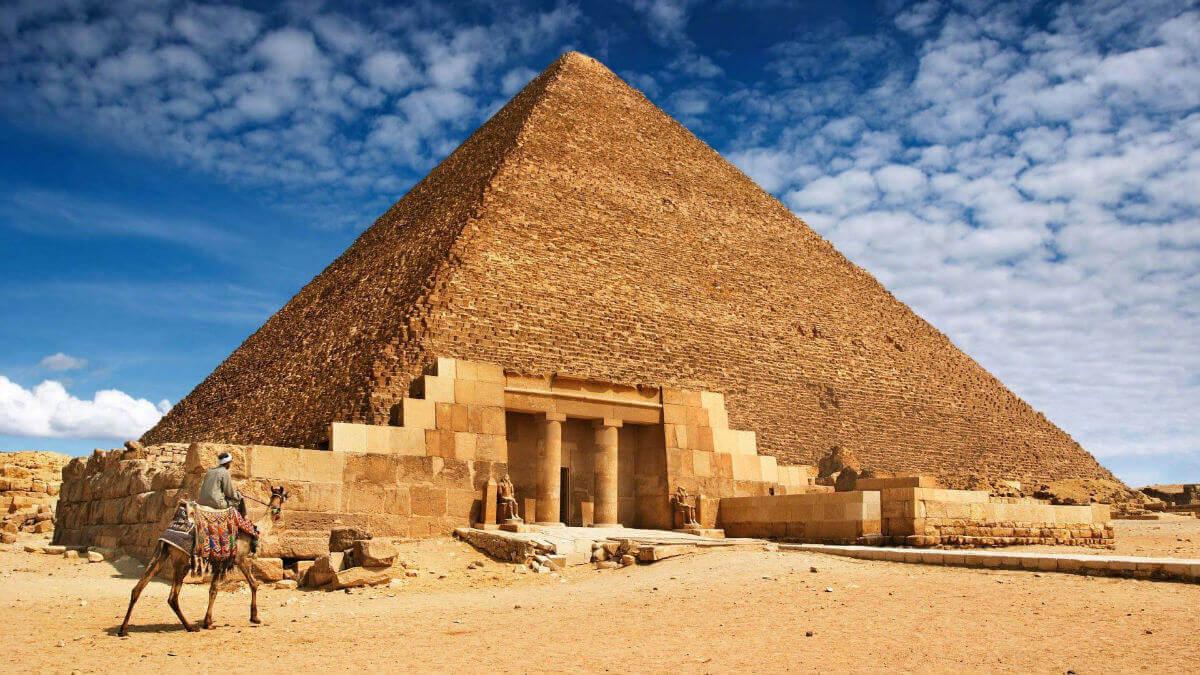 Пирамида Хеопса – древняя постройка, которая считается самым крупным сооружением в мире.