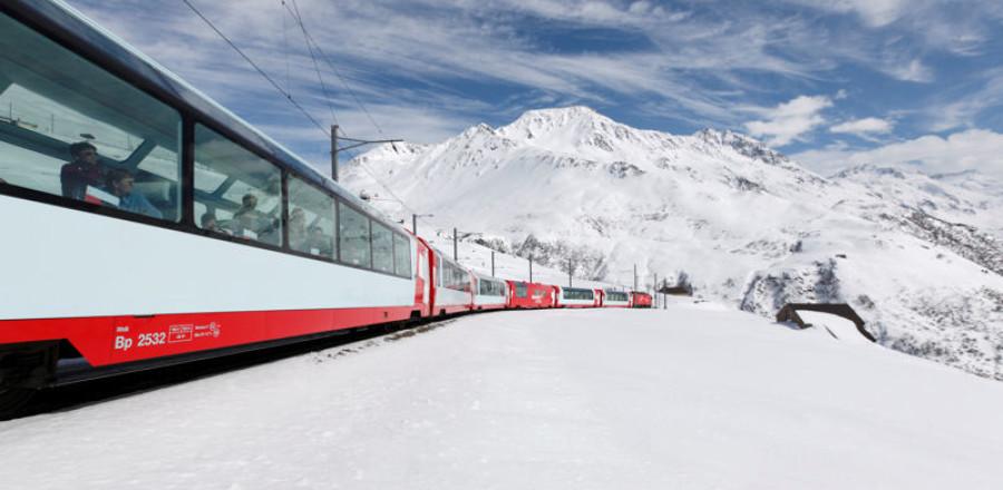 «Ледниковый экспресс» – это панорамный скоростной поезд, перевозящий пассажиров по Швейцарским Альпам на высоте 2,033 метра.