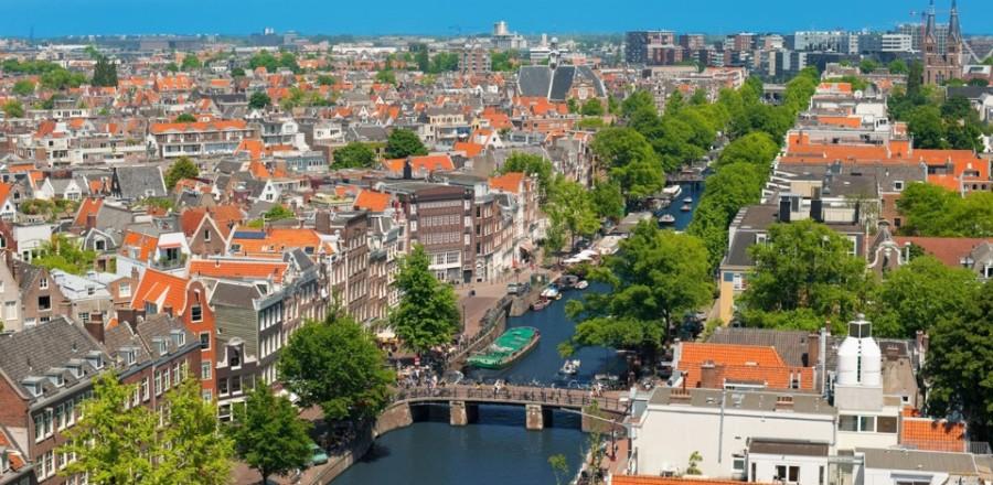 Амстердам — город сотен каналов, через которые перекинуто более 600 мостов