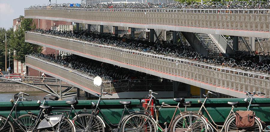 Амстердам – велосипедный город, по статистике на одного жителя здесь приходится несколько велосипедов.