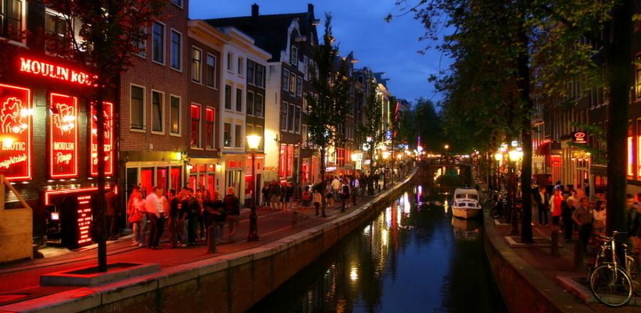 Благодаря небезызвестному Кварталу красных фонарей Амстердам – не просто столица Нидерландов, но и местная столица секс-туризма.