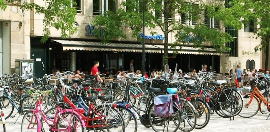 Велосипедная прогулка типичный вид познания Амстердама тысячами туристов