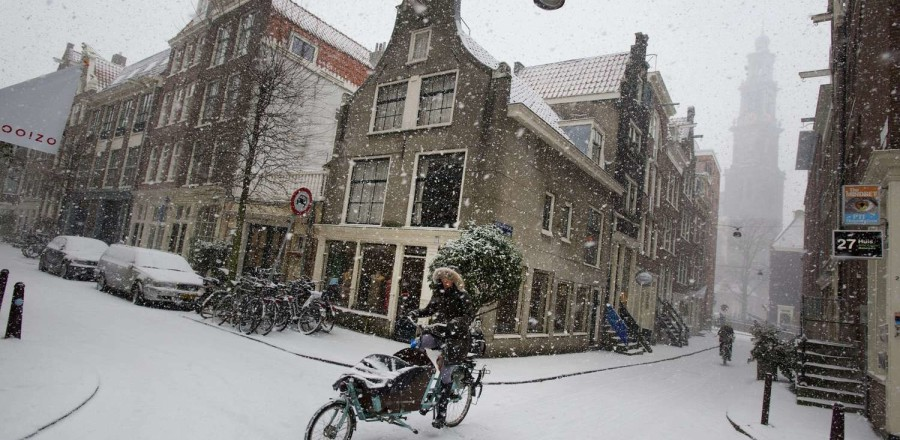 Девушка на велосипеде в Амстердаме