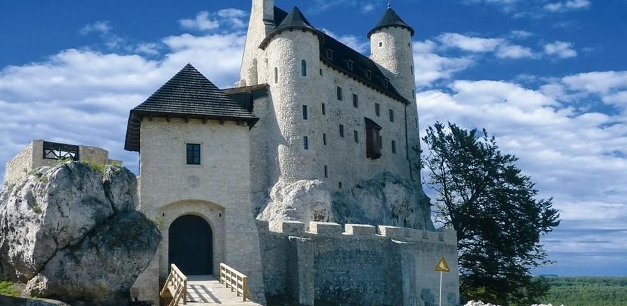 Замок Боболице (Zamek Bobolice) находится близ одноимённой деревни в Силезии, Польша.