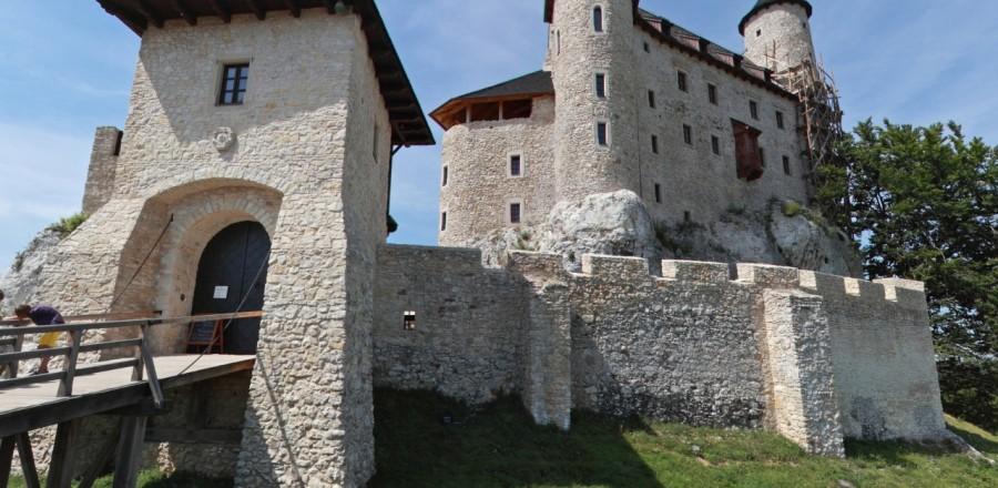 Замок представляет собой интересный пример постройки, которая, простояв много веков руинами, была заново отстроена в настоящее время.