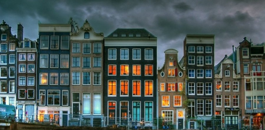 Когда прогуливаешься по улицам Амстердама, сложно не заметить просто огромнейшие окна.
