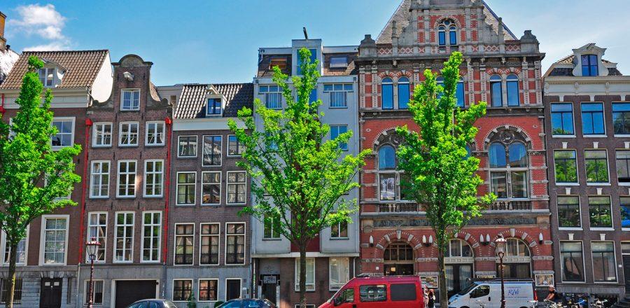 Огромные окна домов Амстердама.
