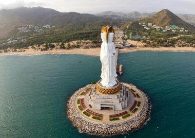 Из мест которые стоит посетить на острове Хайнань это буддистский центр Наньшань