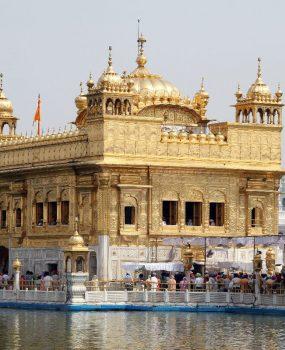 Святыня сикхов — Золотой храм — расположена на берегу озера Амрита Сарае. Его название переводится как «озеро бессмертия»