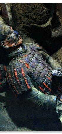 Все глиняные фигуры были очень ярко раскрашены, но до нас дошли уже не такие яркие, из-за контакта с кислородом, когда воинов начали извлекать на поверхность