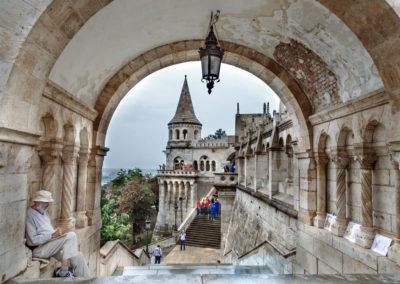 От бастиона к Дунаю спускается каменная лестница. Первоначально планировалось, что ступеньки будут вести до самой реки, но они заканчиваются гораздо раньше