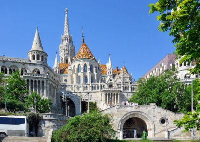 Потрясающе красивое архитектурное сооружение, выполненное из белого камня, привлекает сюда как туристов, так и жителей Будапешта