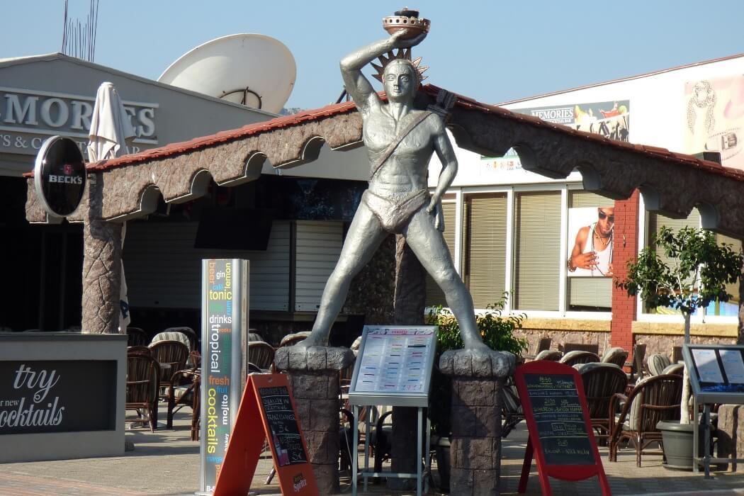 Статуя Колосса Родоского около бара