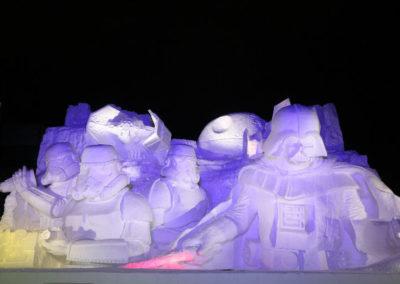 Подсветка снежных фигур на фестивале