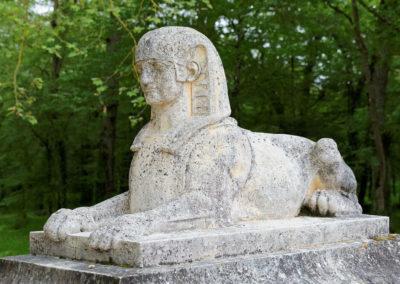 Статуя сфинкса в саду