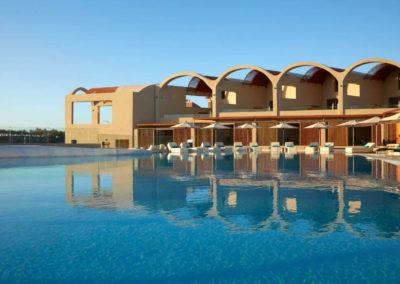 Главный бассейн отеля Domes Noruz Chania