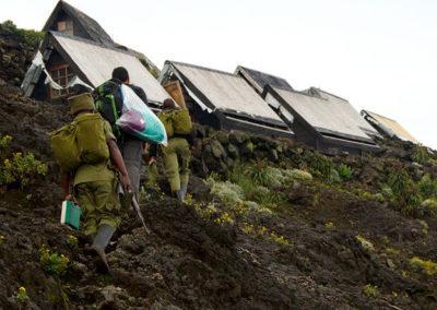 Небольшие хижины на склоне вулкана