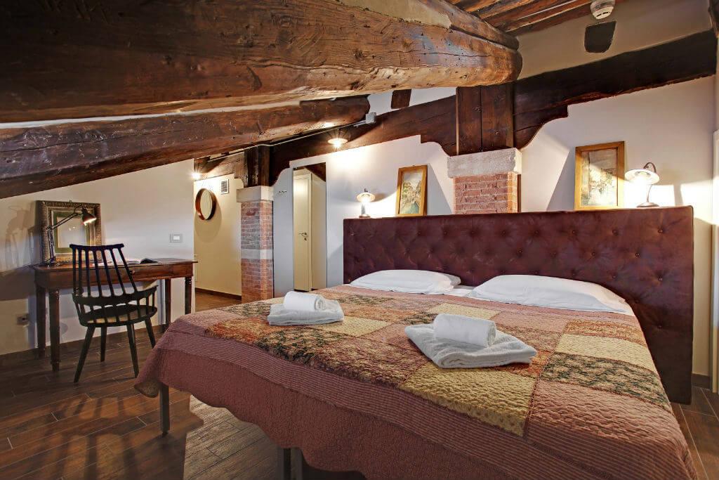Двуспальная кровать в хостеле Ostello Venezia