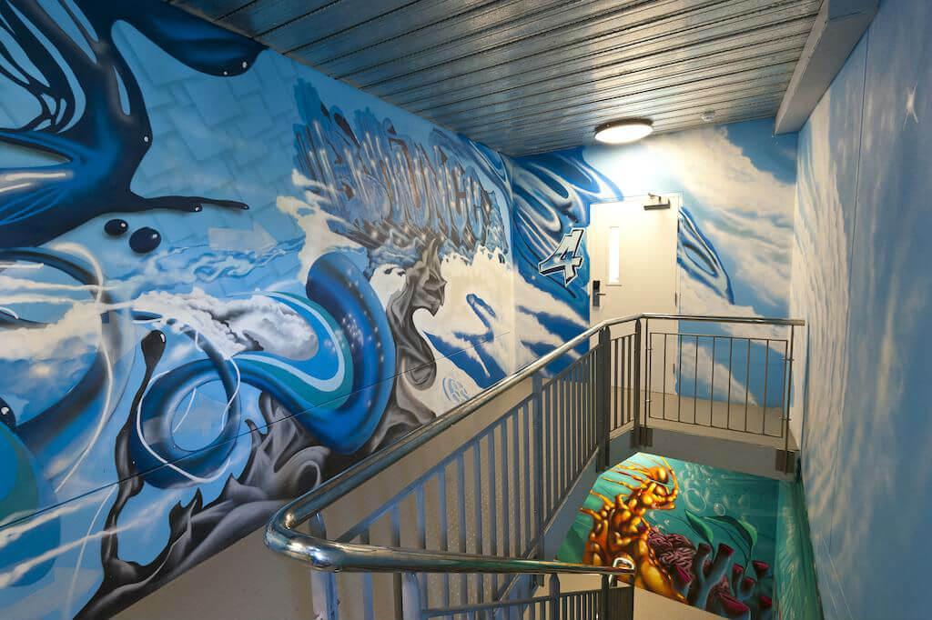 Графити на лестничных стенах в хостеле Bounce Sydney
