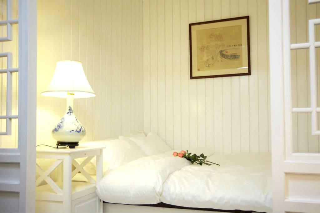 Кровать в номере хостела Chinese Box Courtyard