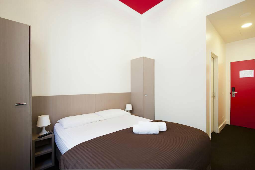 Номер в хостеле Bounce Sydney с двуспальной кроватью