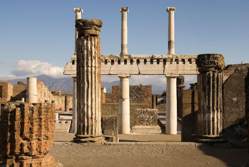 Суеверные туристы возвращают обломки древней Помпеи