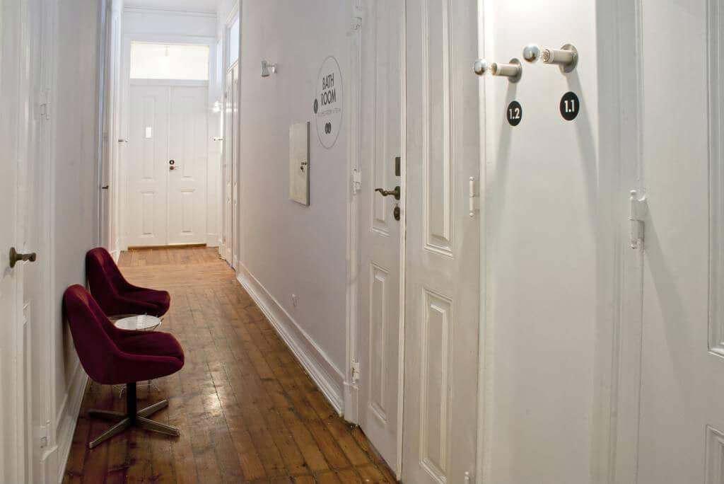 Вход в ванную комнату в хостеле The Independente