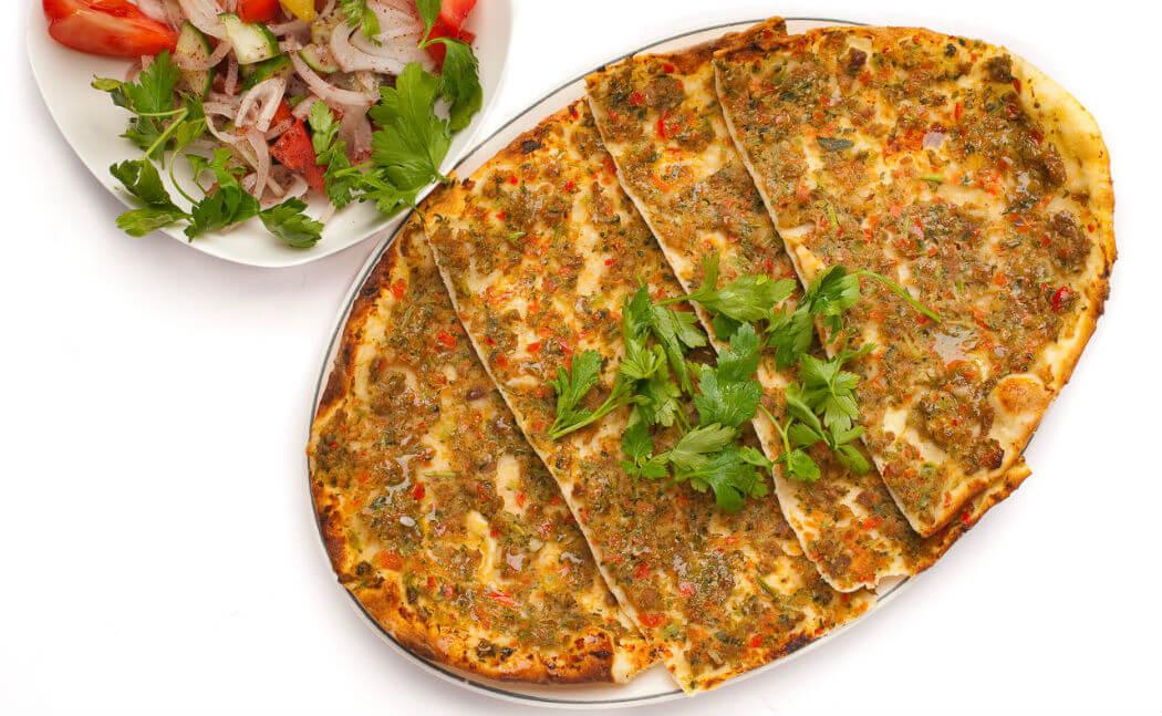 Лахмаджун в Турции очень популярен, имеется в арсенале каждого ресторана и кафе