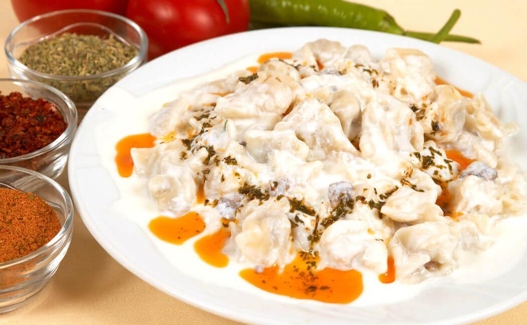 Манты по-турецки готовят с говядиной или бараниной и подают в йогурте