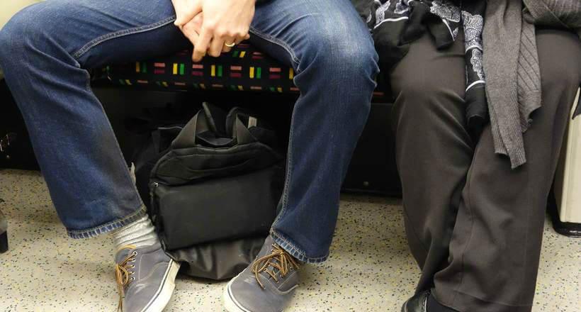 Надо сидеть правильно в общественном транспорте