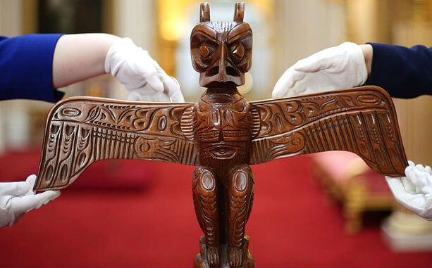 Тотемный столб, подаренный королеве людьми Квакиутля в Канаде