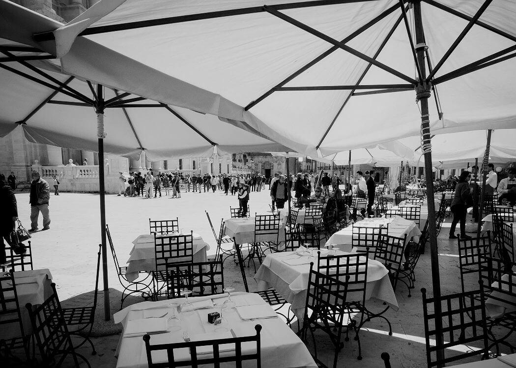 Кафе на площади в Сицилии. Фото Julia Maudlin