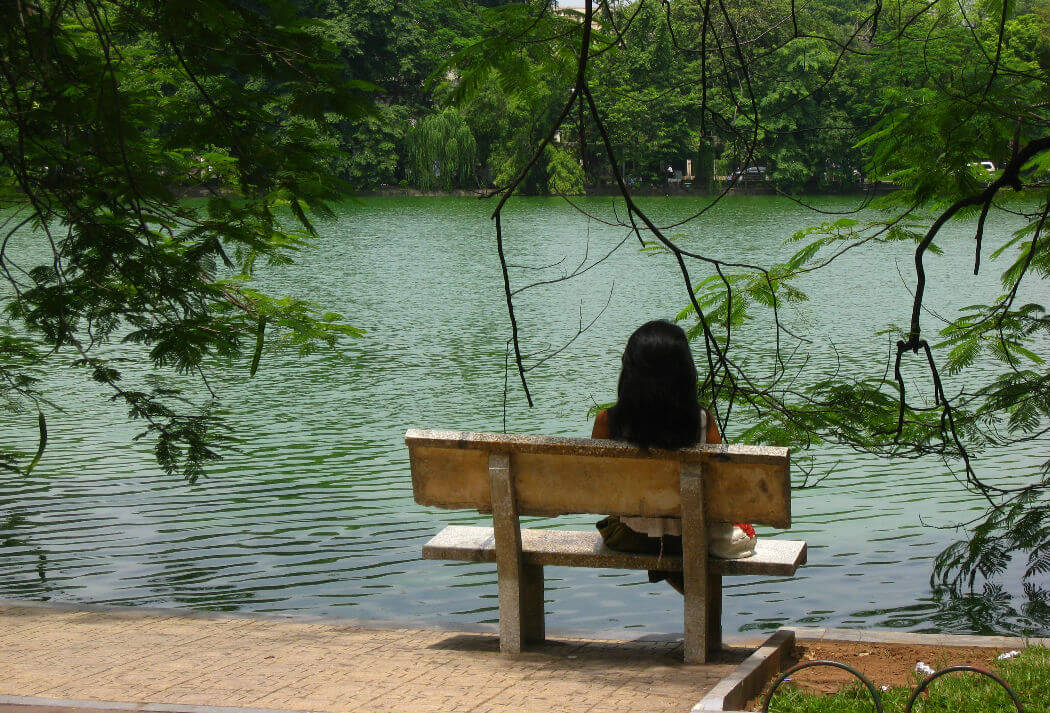 Лавчка с видом на озеро Хоанкьем. Фотограф taylorandayumi