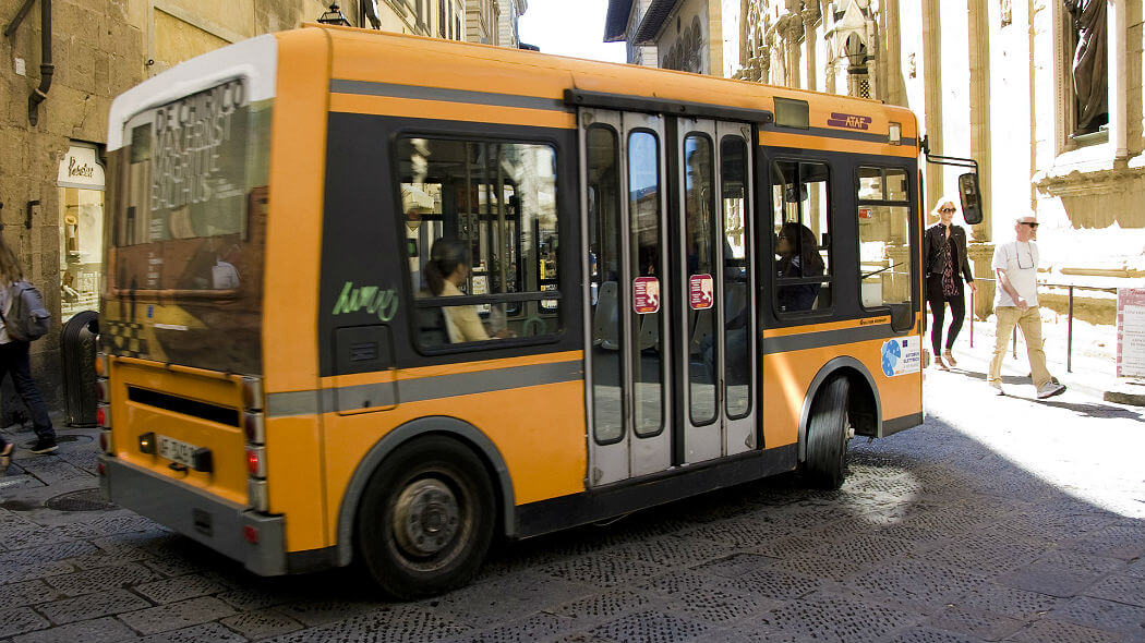 Автобус в Италии. Фотограф Omid Tavallai