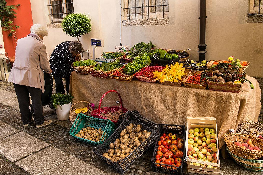 Садовник, продающий свою продукцию в Интре, Италия. Фото Winniepix