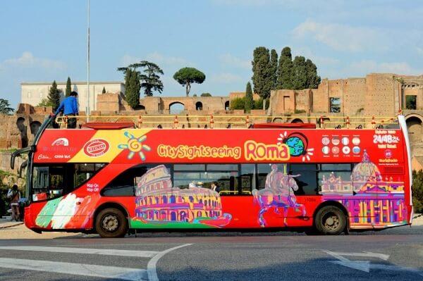 Автобус с туристами в Риме