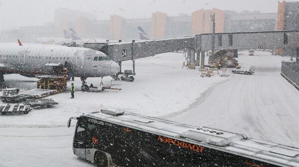 Коллапс в московском авиаузле. Снегопад задерживает рейсы