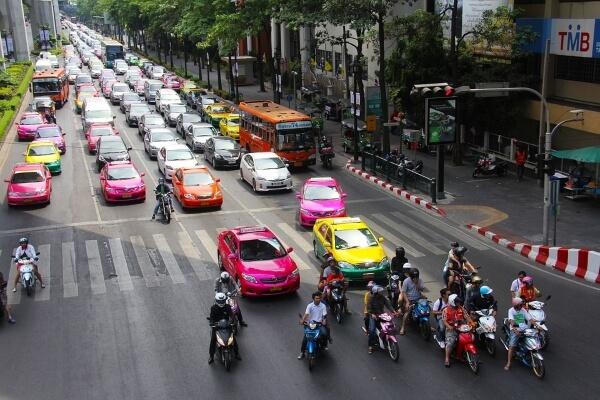 Таксист из Бангкока вернул пассажиру 10 тысяч долларов