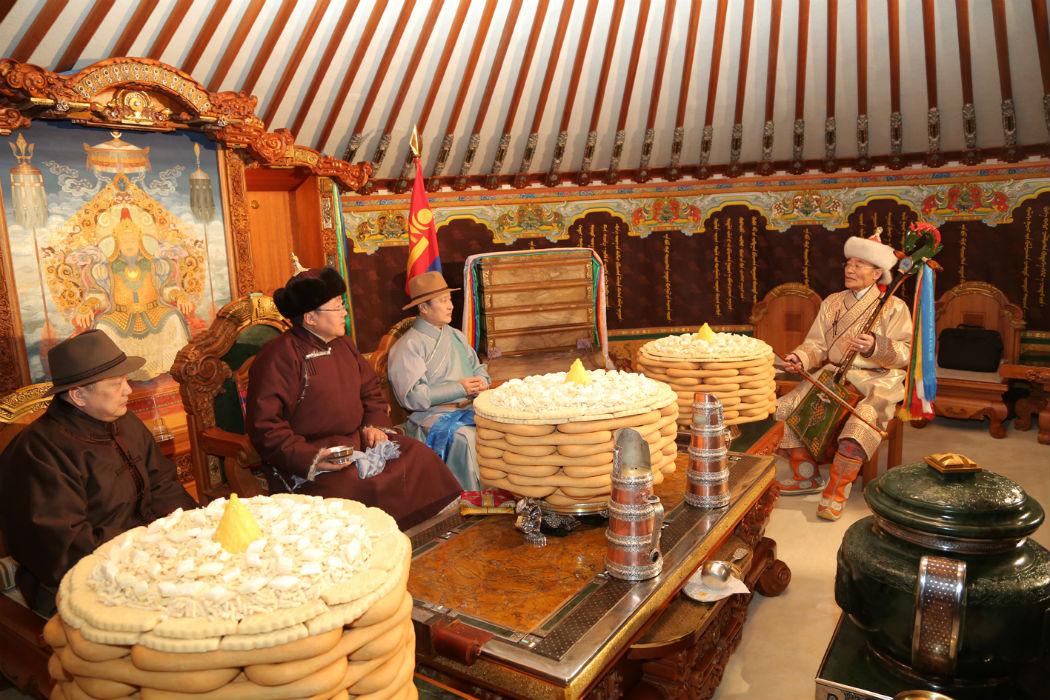 Мужские посиделки в монгольской юрте