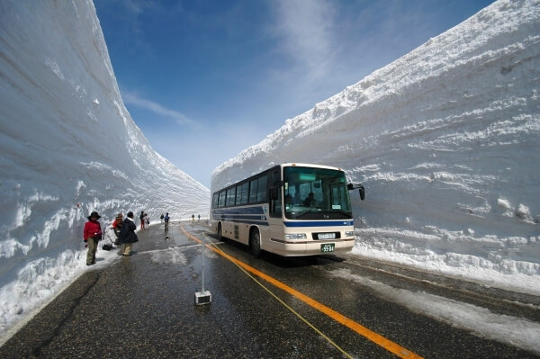 Невероятный коридор из спрессованного снега открыт для туристов в Японии