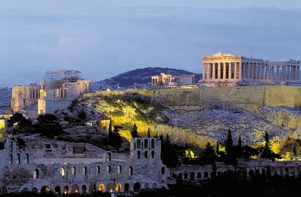 Пострадали туристы при ударе молнии в Акрополь