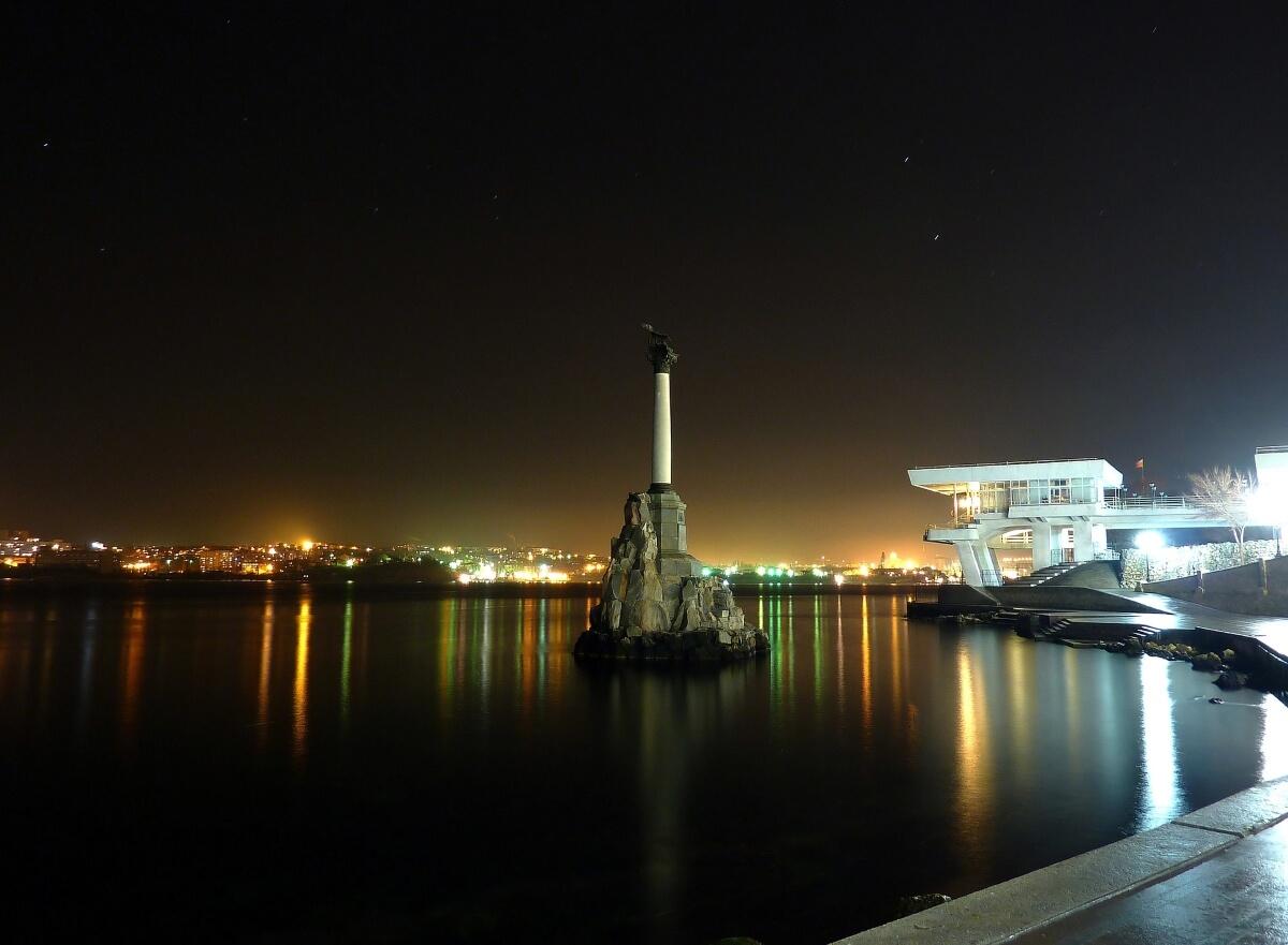Приморский бульвар, памятник «Затопленным кораблям»