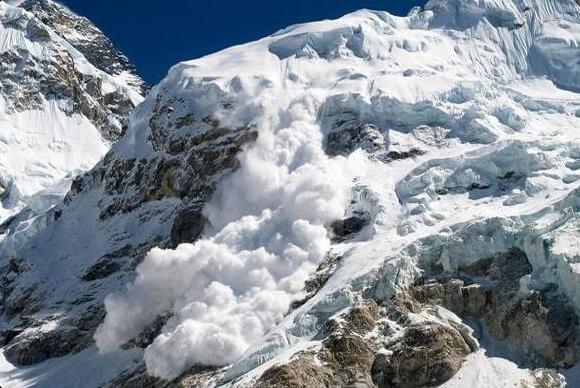 Лавина в горах Алтая унесла несколько жизней