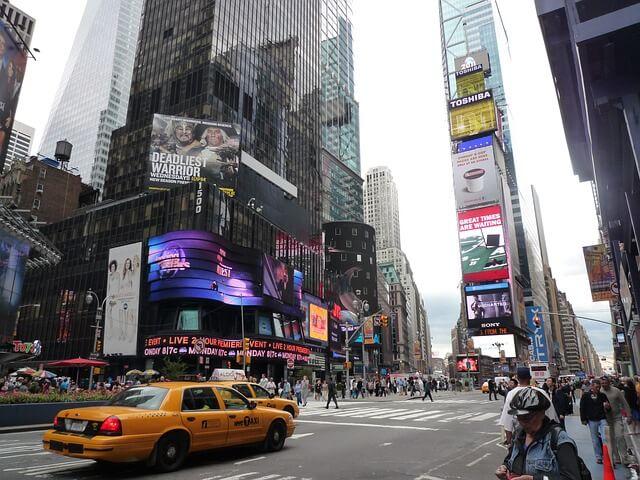 Пешеходов в Нью-Йорке скоро будут штрафовать за телефон
